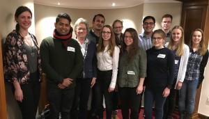 Reger Austausch beim ersten vorweihnachtlichen Treffen der Stipendiatinnen und Stipentiaten der Zierold Stiftung. Dr. Andrea Frank (3. v. l.), Organisatorin der Helga und Ulrich Zierold Stiftung, hatte eingeladen.